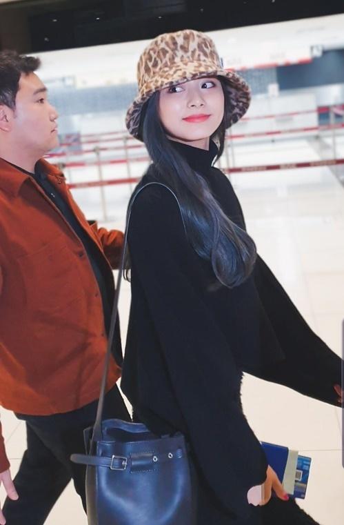 Tzuyu đẹp ở mọi góc cạnh, khoảnh khắc ngoái đầu lại cũng ấn tượng như một cảnh phim.