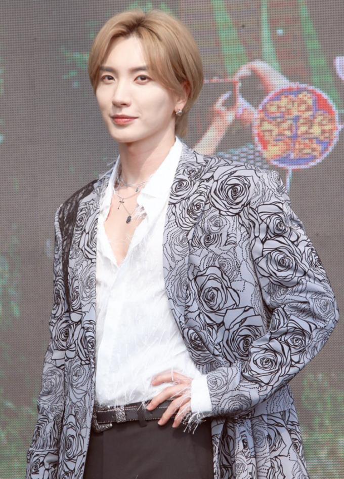 Với sự trở lại lần này, thủ lĩnh Lee Teuk của Super Junior gây sốt với tóc màu sáng và để mái dài rẽ ngôi cực hợp trend.
