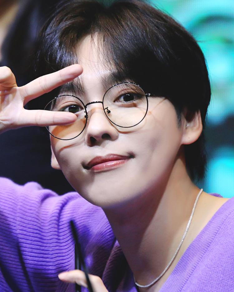 Jinwoo (Winner) trung thành với tóc tối màu, mái rẽ ngôi, mỹ nam nhà YG đáng yêu khác hẳn với hình tượng mạnh mẽ trên sân khấu.