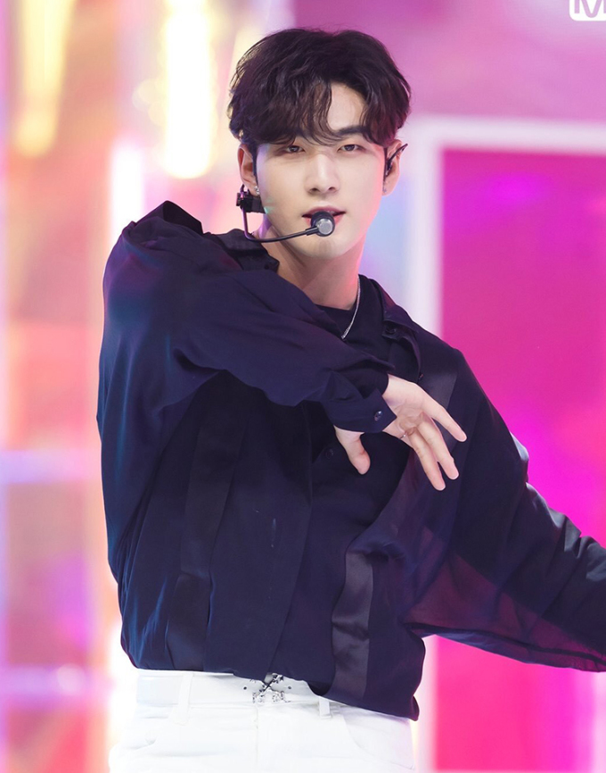 Baekho (NU'EST) cũng bắt trend với tóc mái dài, rẽ ngôi. Anh chàng khoe vẻ đẹp vừa nam tính vừa đáng yêu trên sân khấu comeback gần đây.