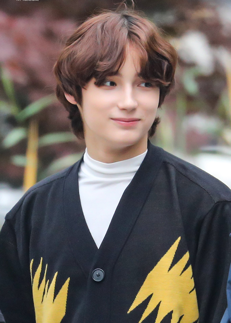 Huening Kai (TXT) có khuôn mặt hòa trộn giữa nét đẹp Đông – Tây  cực hợp với tóc mài dài, rẽ ngôi. Tóc mái xoăn nhẹ càng khiến anh chàng đáng yêu hơn.