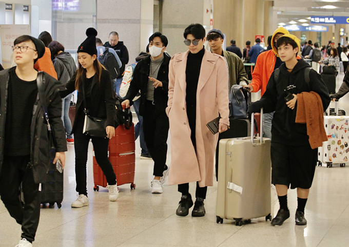 Chiều 15/11, Noo Phước Thịnh cùng ê-kíp đáp chuyến bay xuống sân bay Hàn Quốc.