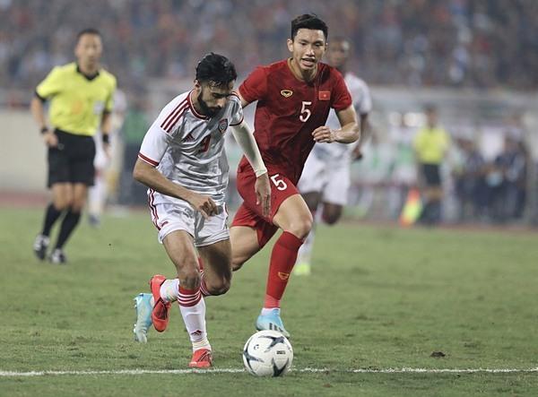 Văn Hậu là một trong số cầu thủ hiếm hoi của Việt Nam có thể hình vượt trội với cầu thủ đội bạn.