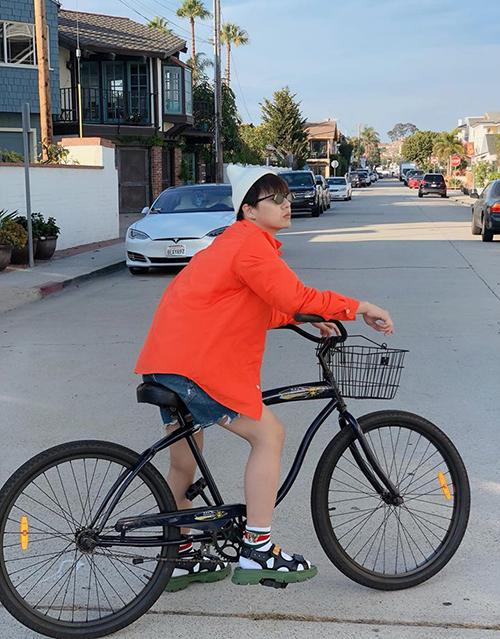 Duy Khánh thảnh thơi đạp xe đi dạo ở Mỹ.