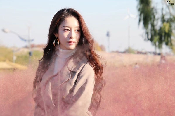 Park Ji Yeon lãng mạn giữa đồng cỏ hồng.