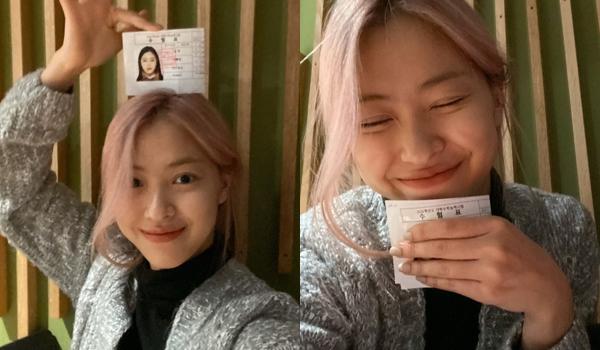 Ryu Jin (ITZY) cười tít mắt khoe thẻ dự thi đại học.