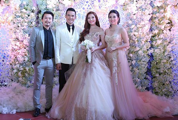 Diễn viên Lê Khánh đến dự đám cưới của Ngọc Diễm - Lương Thế Thành với bộ váy có kiểu dáng tương tự cô dâu. Thiết kế cúp ngực khoe vòng một, thân dưới bồng xòe dài quét đất quá lộng lẫy làm nữ diễn viên gây tranh cãi.