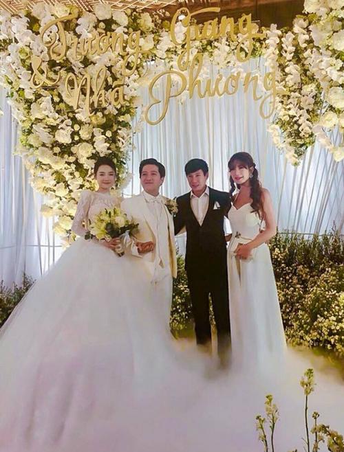 Minh Hà cũng bị nhiều người nhận xét là cố tình chơi trội lấn át cô dâu khi diện thiết kế váy trắng dài, dáng cổ yếm gợi cảm, đi kèm là kiểu tóc xoăn sóng lộng lẫy không kém.