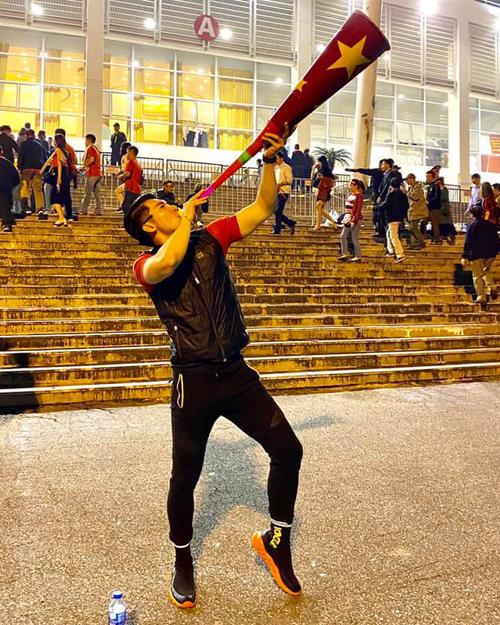 Các sao Việt có nhiều cách khác nhau để thể hiện tình yêu với đội tuyển Việt Nam, trong đó nhiều nghệ sĩtrực tiếp đến sân Mỹ Đình để cổ vũ. Trương Nam Thành tâm sự 29 năm anh mới lần đầu được hòa cùng không khí cuồng nhiệt ở sân vận động.