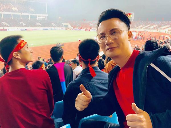 Hoàng Bách ít khi bỏ lỡ các trận đấu của đội tuyển Việt Nam. Mỗi khi Việt Nam đá sân nhà, anh hầu như đều có mặt để ủng hộ.