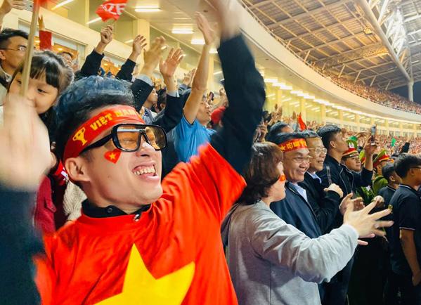 Tùng Dương reo hò không ngớt khi Tiến Linh lập siêu phẩm, mang về chiến thắng cho đội tuyển Việt Nam.