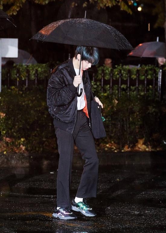 Tân binh nhà Big Hit - TXT đang trong thời gian quảng bá ca khúc Run Away nằm trong full-album đầu tay The Dream Chapter: Magic. Nhóm thu hút sự chú ý khi đến trường quay KBS để ghi hình show âm nhạc Music Bank.