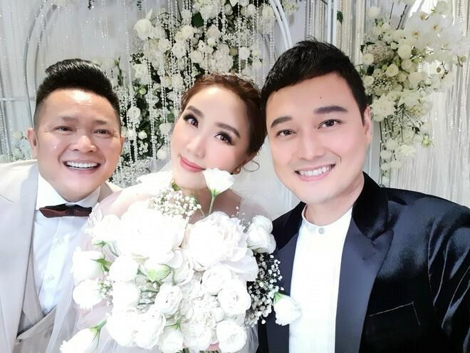Vợ chồng Bảo Thy chụp ảnh cùng Quang Vinh.