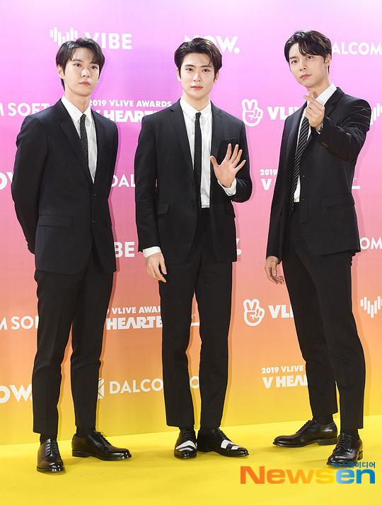 3 chàng trai của nhóm NCT gồm Do Young - Jae Hyun - Johnny (từ trái sang) khoe vẻ lịch lãm.
