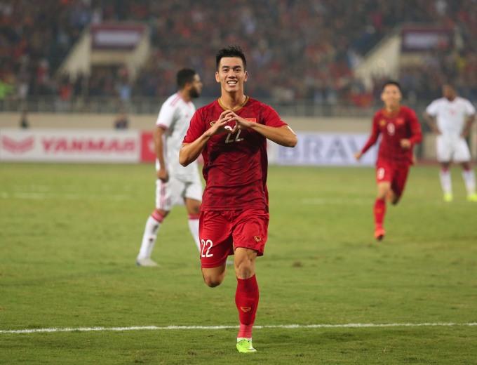 """<p> Tiến Linh tỏa sáng với pha lập công vào lưới UAE, giúp Việt Nam giành chiến thắng 1-0 trong trận đấu tối 14/11. Thông tin, hình ảnh của nam tiền đạo """"bùng nổ"""" khắp mạng xã hội và truyền thông. Ảnh: <em>Đức Đồng.</em></p>"""