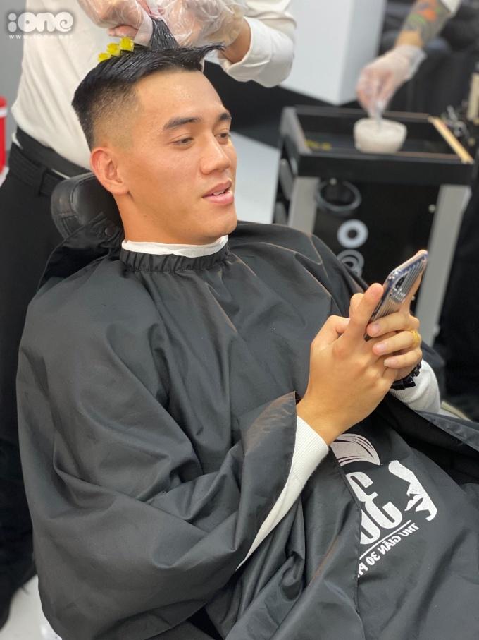 <p> Tranh thủ thời gian toàn đội được nghỉ ngơi một ngày hôm 15/11, Tiến Linh chọn cách đi tút tát nhan sắc. Anh quyết định tạo kiểu đầu mới. Tiến Linh nói với <em>iOne</em>: ''Hôm qua mình có siêu phẩm bàn thắng nên hôm nay đi làm siêu phẩm tóc đây''.</p> <p> Chia sẻ lại kỷ niệm ngày bé, tiền đạo Becamex Bình Dương nói: ''Hồi mình học lớp 2, bố có cho đi nhuộm tóc vàng. Sau đó đến lớp bị cô giáo phạt đứng góc bảng nên về nhà mình phải đi nhuộm lại ngay. Từ đó mình cũng không để tóc vàng nữa''.</p>