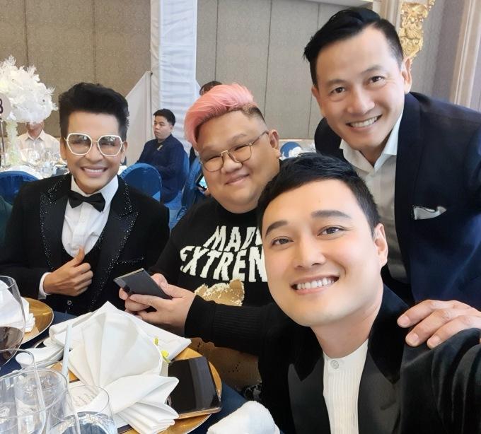 <p> MC Thanh Bạch (ngoài cùng bên trái), Vương Khang (tóc hồng), nhiếp ảnh gia Quốc Huy (ngoài cùng bên phải) cũng có mặt để chúc mừng hạnh phúc của Bảo Thy.</p>