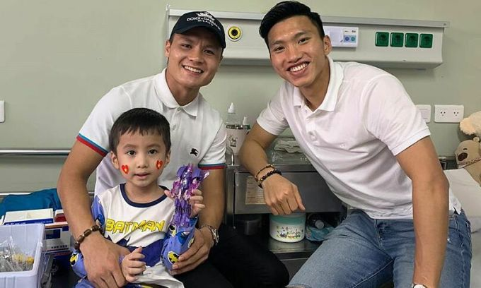 Quang Hải, Văn Hậu đi thăm cậu bé ung thu não