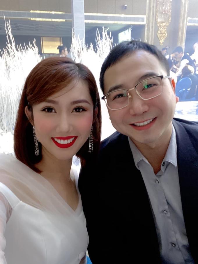 <p> Thúy Ngân chụp ảnh cùng ông xã Lan Khuê. Vì đang mang bầu sắp sinh nên Lan Khuê không thể có mặt dự đám cưới này.</p>