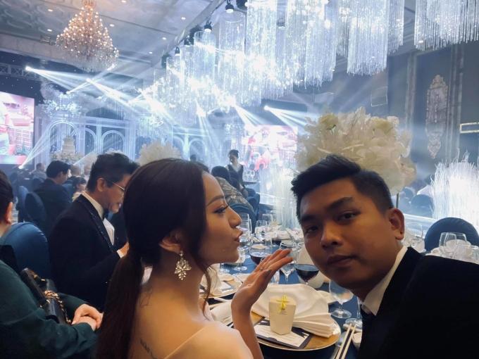<p> Mia và chồng chụp ảnh nhắng nhít ở tiệc cưới.</p>