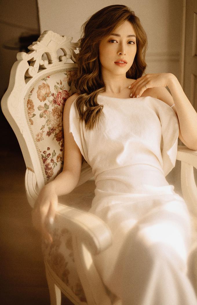 <p> Với những thiết kế ôm át khoe eo thon hay vai trần, người đẹp toát lên vẻ mong manh.</p>