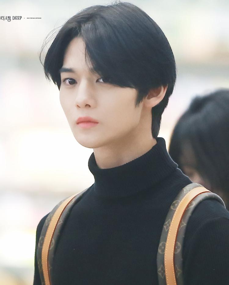 Bae Jinyoung (CIX) với kiểu tóc mái dài khiến fans điêu đứng, vẻ đẹp của anh chàng được ví như tiên tử.
