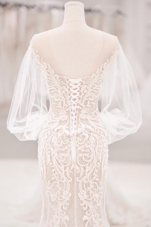 Các mẫu váy cưới đều có điểm chung là thêu ren duyên dáng, phía sau lưng dáng corset để ôm sát thân hình của Bảo Thy.