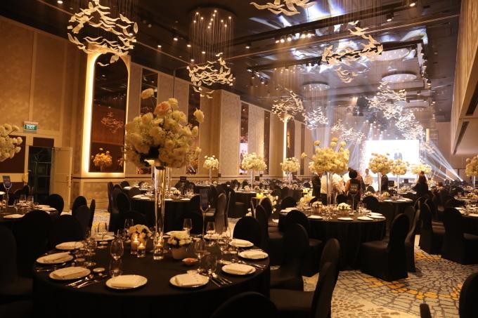 <p> Bên trong tiệc cưới, bàn ghế được sắp xếp tinh tươm, có độ sang trọng.</p>