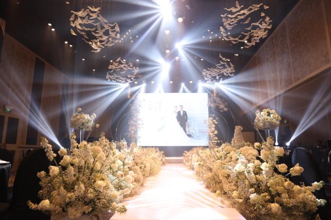 <p> Khu vực sân khấu được trang trí bằng hoa hồng chủ đạo.</p>