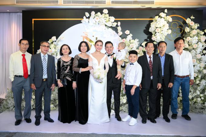 <p> Gia đình của cô dâu - chú rể cũng có mặt từ sớm để cùng hai con đón khách.</p>