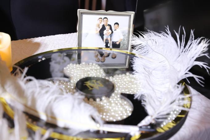 <p> Ảnh gia đình được Giang Hồng Ngọc trang trí khá nhiều ở khu vực sảnh đón khách.</p>