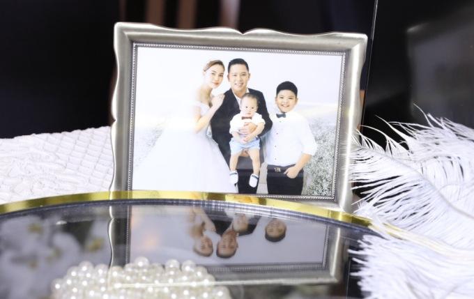 <p> Hai con trai xuất hiện trong ảnh cưới của vợ chồng nữ ca sĩ. Đây cũng là lần đầu tiên, Giang Hồng Ngọc tiết lộ những khoảnh khắc này.</p>