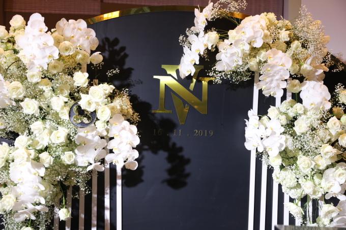 <p> Tiệc cưới của Giang Hồng Ngọc diễn ra tại một khách sạn ở quận 1, TP HCM. Từ sảnh cưới bên ngoài đến sân khấu bên trong đều được trang trí bằng hoa tươi với tông màu trắng. Không quá hoành tráng, xa hoa như nhiều đám cưới của sao Việt khác nhưng vẫn tạo nên sự ấm áp.</p>