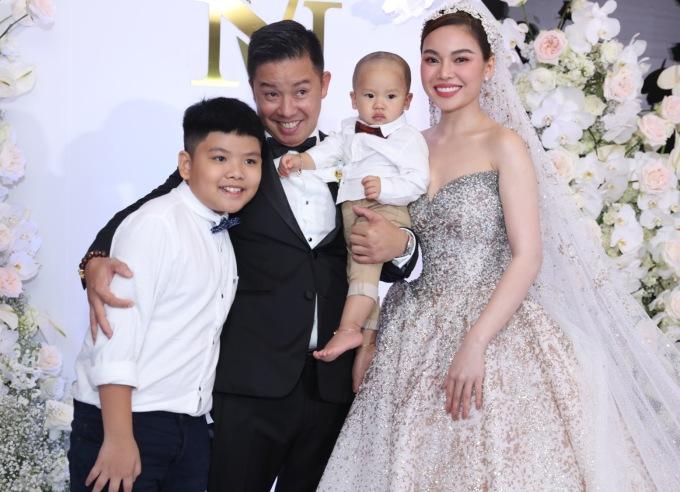<p> Cả hai đều được bố mẹ cho diện đồ bảnh bao khi dự lễ cưới. Suốt thời gian đón khách, Giang Hồng Ngọc luôn nở nụ cười rạng rỡ bên những người thân yêu.</p>