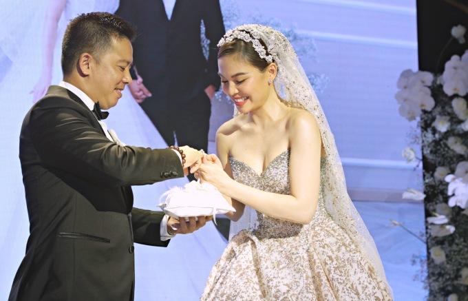 <p> Giang Hồng Ngọc và chồng trao nhẫn cho nhau.</p>