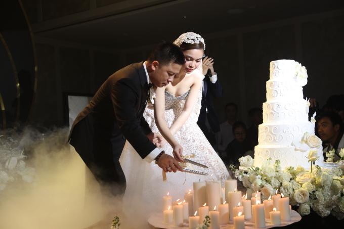 <p> Cả hai cùng thắp nến trong lễ cưới. Họ quan niệm, ngọn lửa chính là sự ấm áp và mong hạnh phúc, tình yêu của mình cũng sẽ luôn vĩnh cửu như thế.</p>