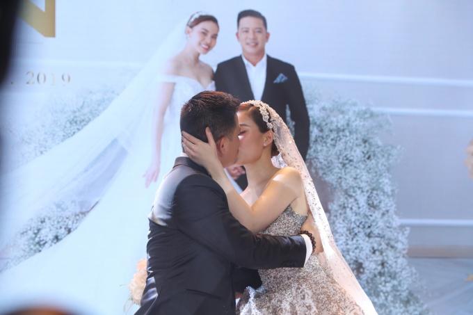<p> Cả hai trao nhau nụ hôn nồng nàn trước sự chứng kiến của nhiều người.</p>