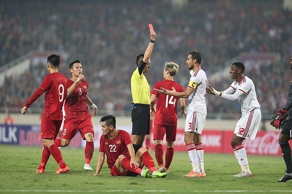 Trọng tài phạt thẻ đỏ trực tiếp với cầu thủ UAE. Ảnh: Đức Đồng.