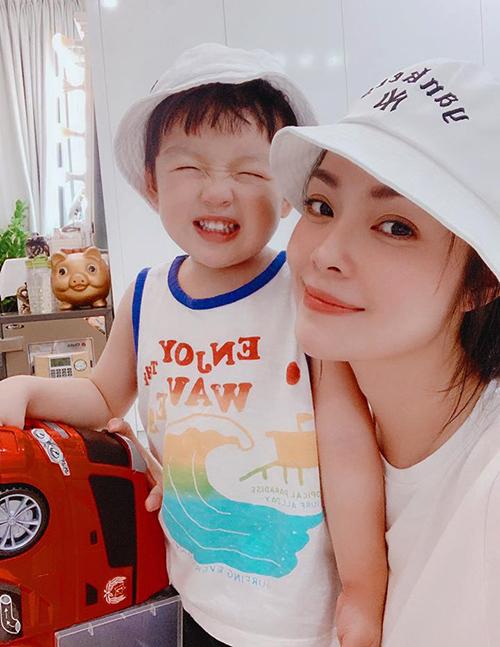 Con trai Dương Cẩm Lynh cười tít mắt khi chụp hình cùng mẹ.