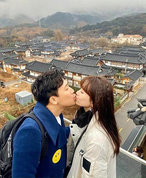 Trấn Thành - Hari Won khóa môi tình tứ trong chuyến du lịch Hàn Quốc.