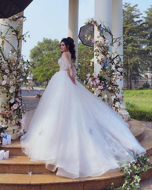 Huyền My xinh như công chúa trong bộ váy cưới lộng lẫy.