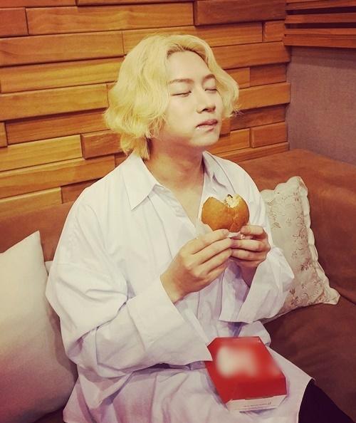 Hee Chul ăn hamburger mà như đang đóng quảng cáo.
