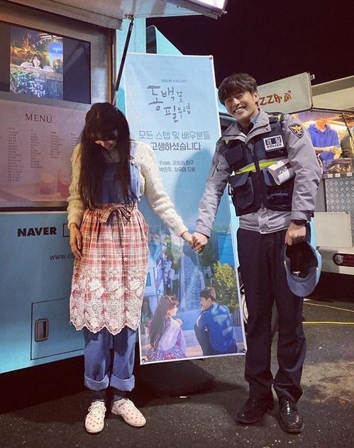 Gong Hyo Jin ngại ngùng nắm tay đàn em Kang Ha Neul.