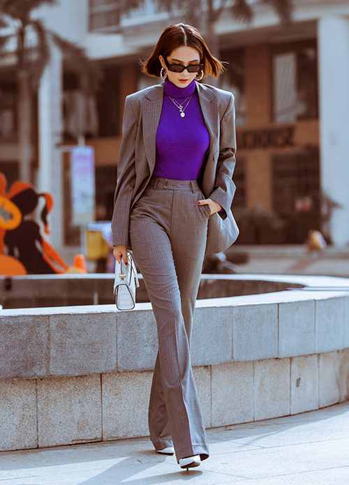 Trong chuyến công tác ở Hàn Quốc mới đây, Ngọc Trinh tranh thủ thực hiện bộ hình street style. Cô mặc thanh lịch ra dáng doanh nhân, trên tay là chiếc túi hiệu Stalvey được làm từ da cá sấu Himalaya hiếm có khó tìm. Theo chia sẻ của Ngọc Trinh, đến thời điểm cô mua chỉ có 4 chiếc trên thế giới và cô là một trong những người may mắn sở hữu được.