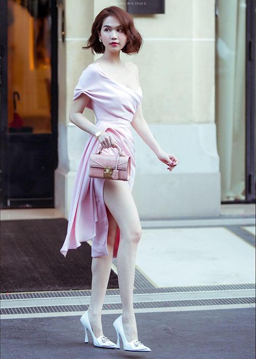 Mẫu túi Stalvey đầu tiên mà Ngọc Trinh sở hữu là chiếc túi da cá sấu màu hồng, có giá bán khoảng hơn 250 triệu đồng. Sau khi chân dài khoe chiếc túi này trên Instagram, ông chủ của hãng còn vào bình luận cảm ơn.