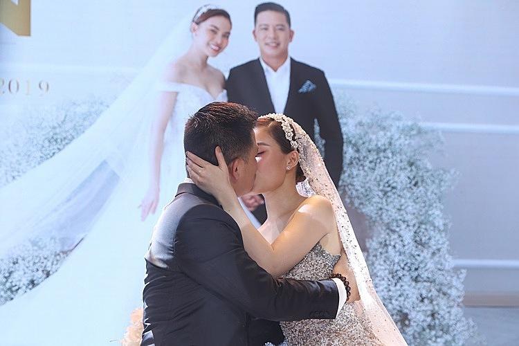 Giang Hồng Ngọc và chồng hôn nhau trong tiếng reo hò của nhiều người.