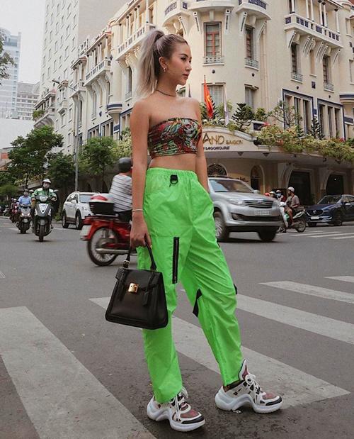 Chiếc áo quây họa tiết được Quỳnh Anh Shyn diện cùng quần jogger xanh chóe tạo nên tổng thể nổi bần bật.