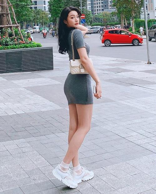 Đầm bó sát tôn lên đường cong chữ S của Yaya Trương Nhi.