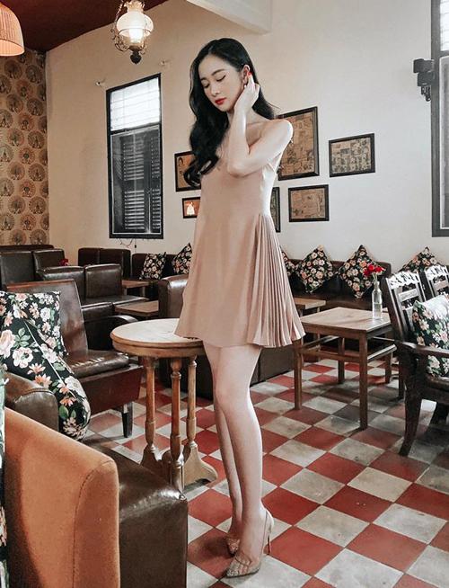 Jun Vũ khoe vẻ đẹp nữ tính với bộ đầm hai dây tôn dáng mảnh mai.
