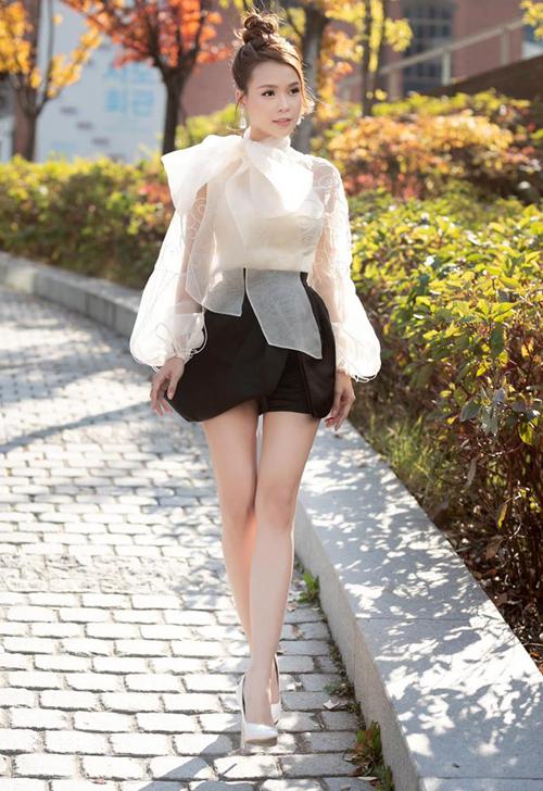Giữa đường phố Seoul xuống đến 0 độ, Sam vẫn vô tư mặc áo xuyên thấu đi kèm váy siêu ngắn.